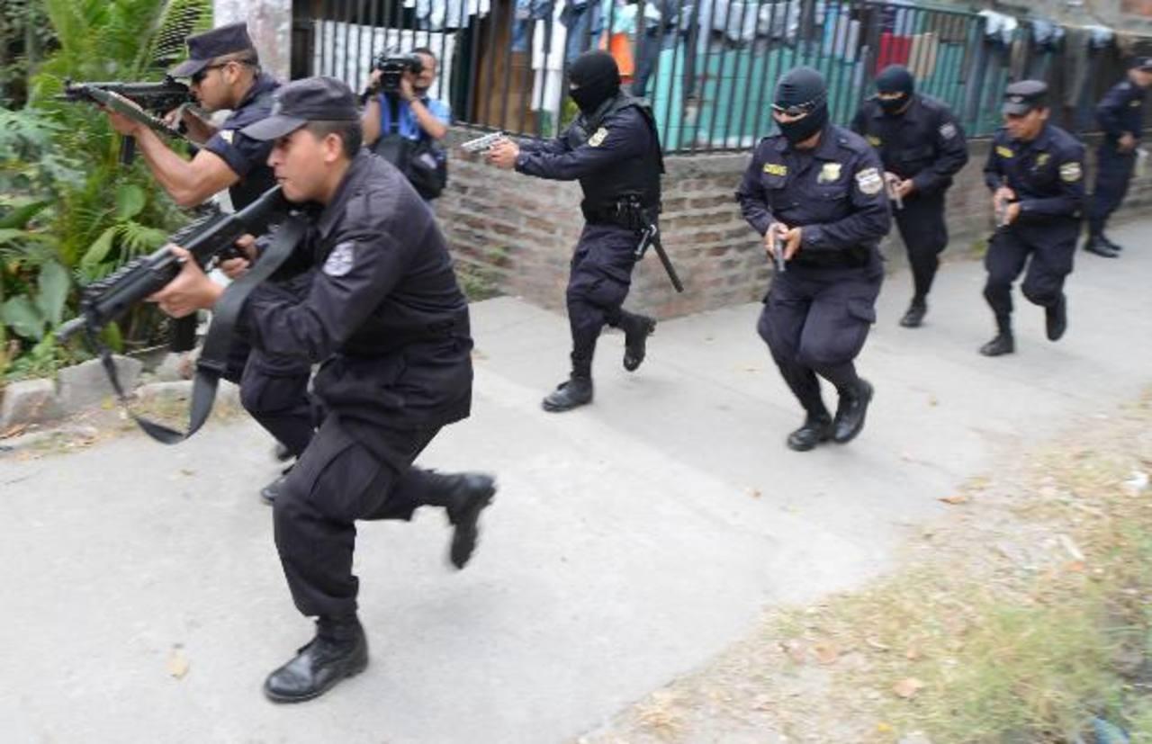Oficiales realizan operativo en los condominios Cayalá, Ciudad Delgado. Foto EDH / M. Cáceres