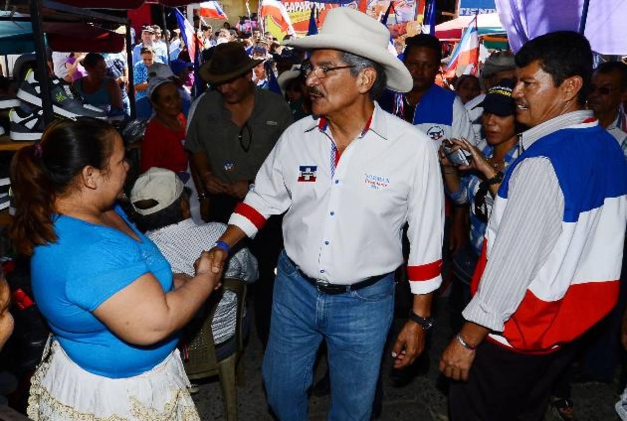 Quijano saluda a comerciante de Nueva Concepción, donde prometió combatir el crimen. Foto EDH/ Mario Amaya