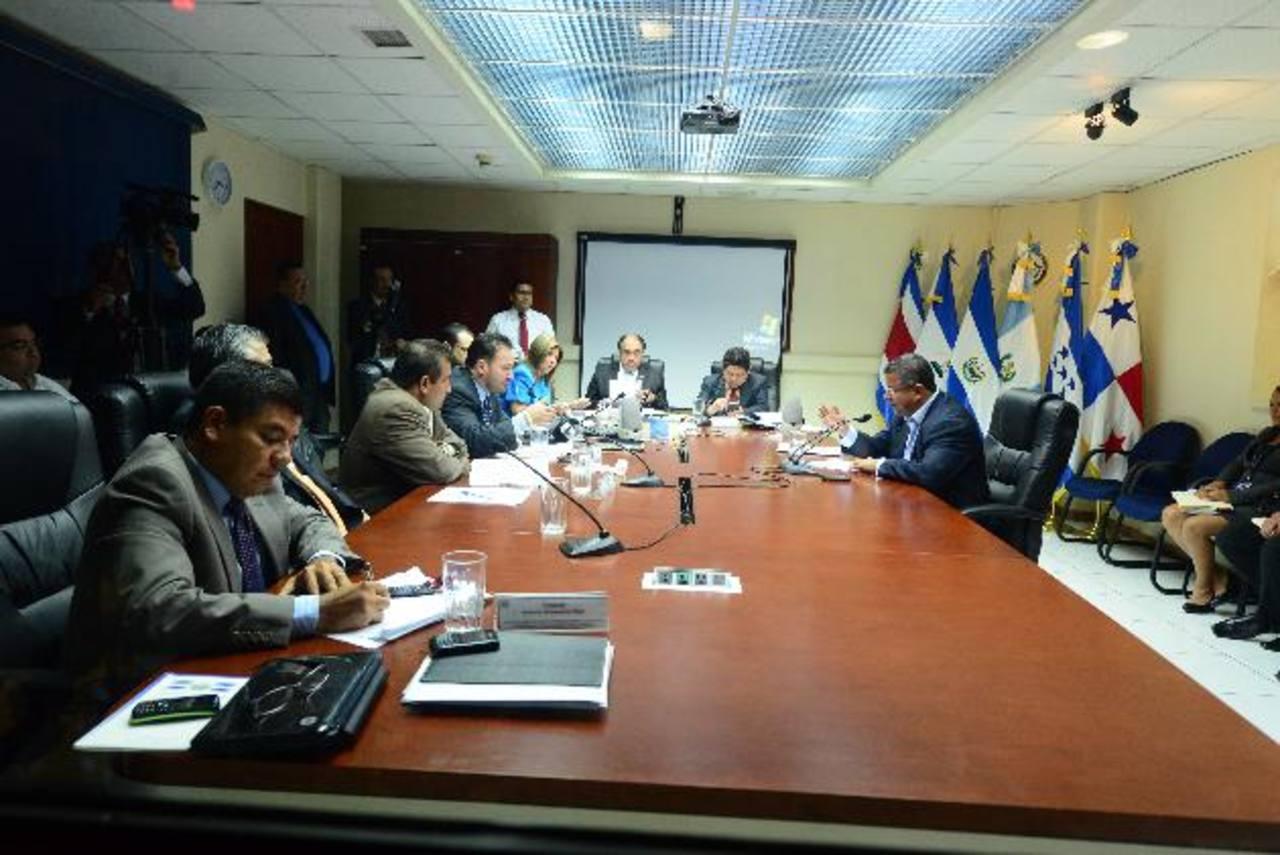 El expresidente Flores acudió ayer a una entrevista, citado por los diputados. Foto EDH / Archivo