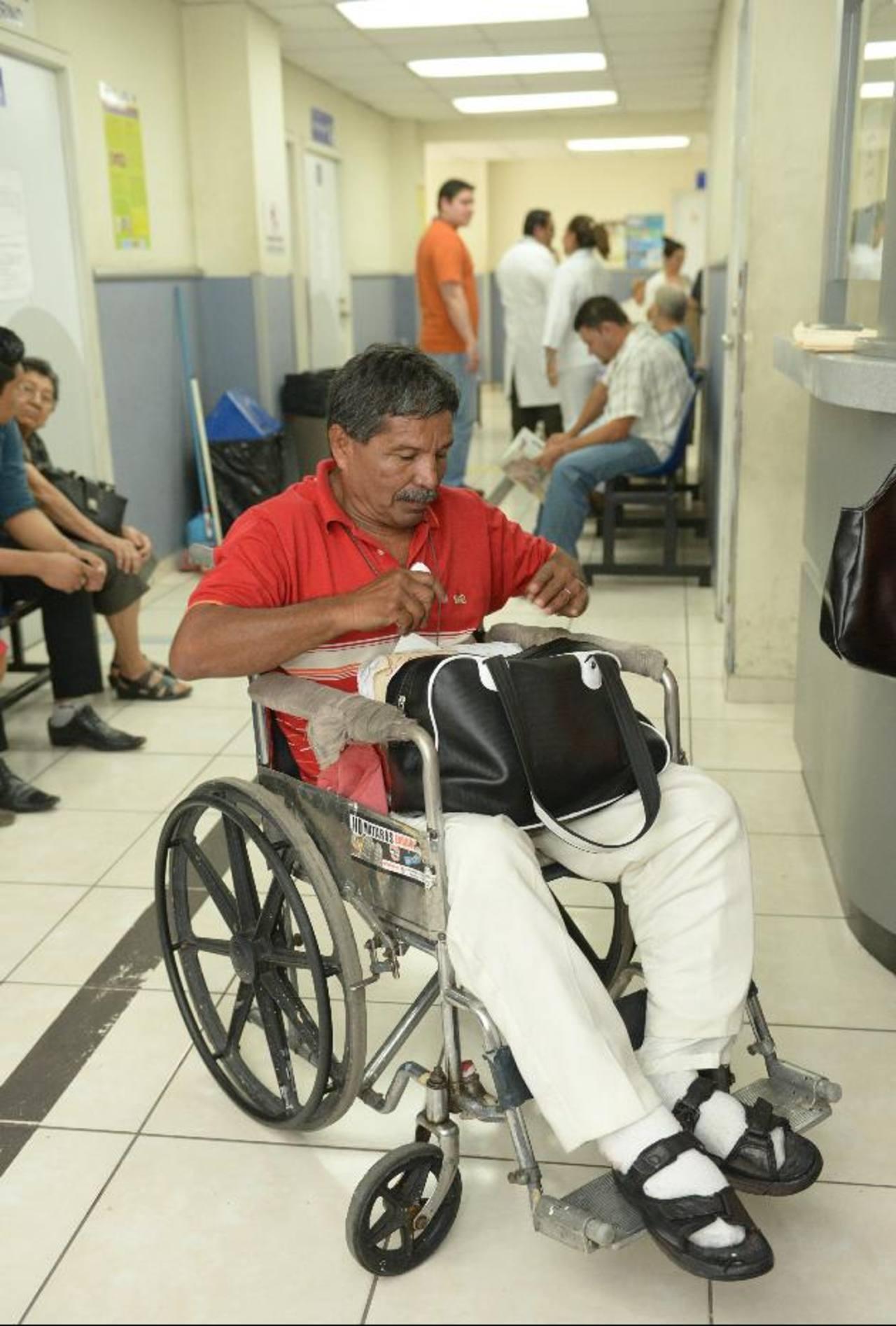 Pacientes como Jorge Alfaro, de 56 años, son atendidos por el algólogo Juan Carlos Arias en la Clínica del Dolor.