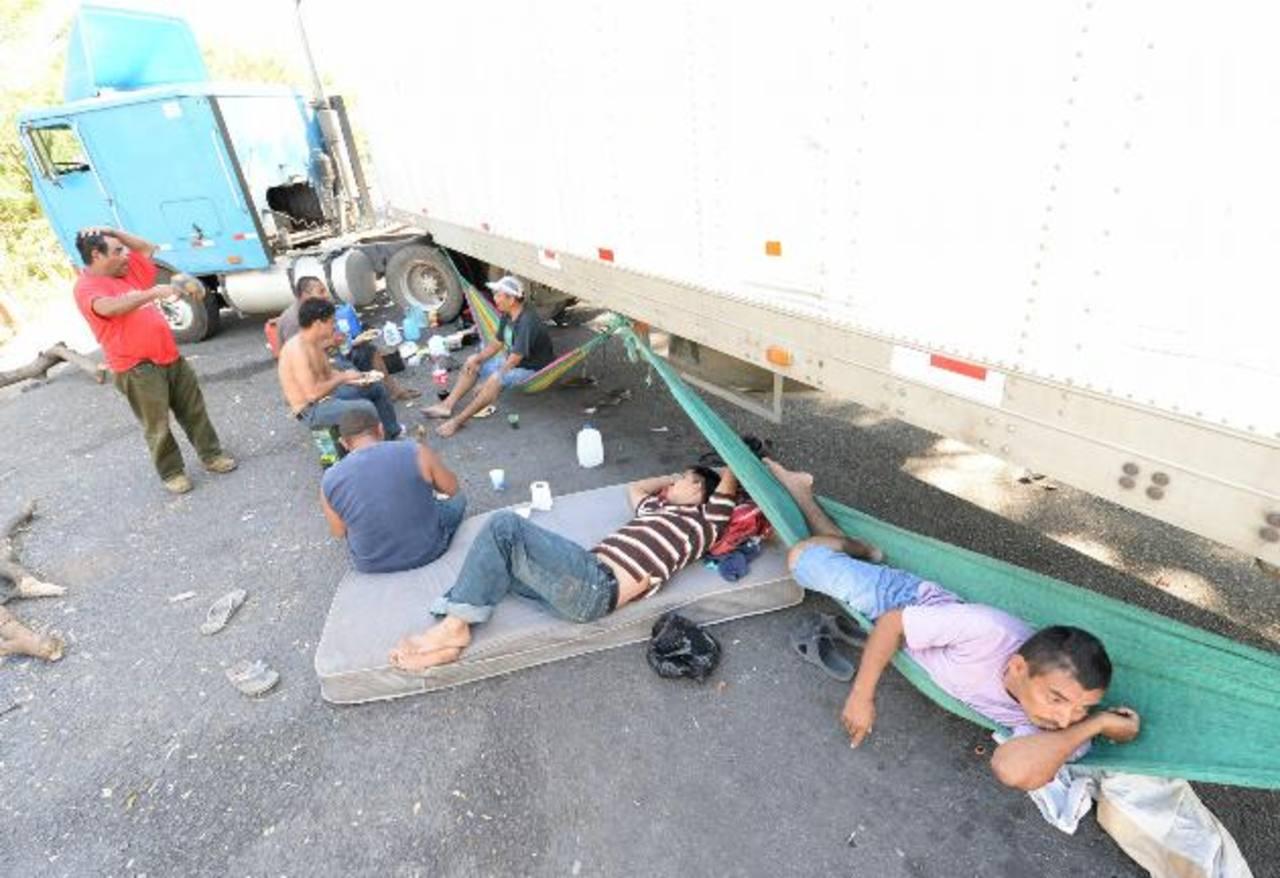 La única opción de los transportistas es conversar, comer y descansar a la espera de una evolución positiva en la situación fronteriza, la cual tiene a El Salvador en una difícil situación comercial. FOTOS EDH / MARVIN RECINOS
