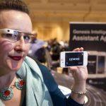 Una mujer usa las gafas de Google que están integradas con el modelo Hyundai Genesis. Las fábricas hicieron alianza.