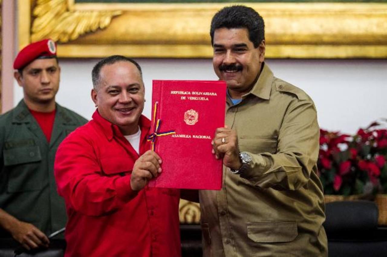 En noviembre de 2013, el presidente de la Asamblea Nacional, Diosdado Cabello (i), le entrega al gobernante Nicolás Maduro (d) la Ley Habilitante para legislar sin control del Parlamento. foto edh / efe