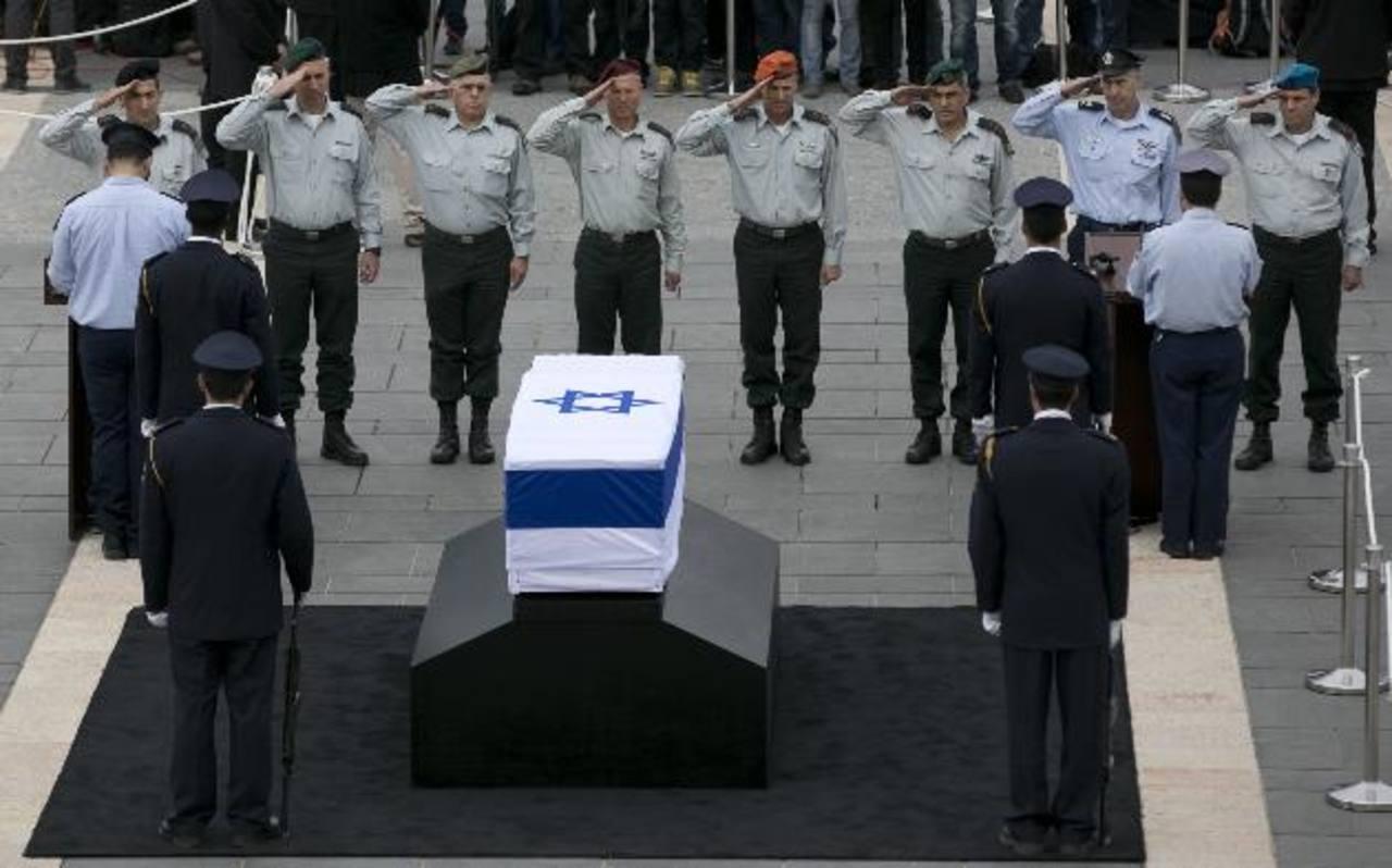 El féretro que contiene los restos de Ariel Sharon es custodiado por agentes de la Guardia Parlamentaria. foto edh / reuters