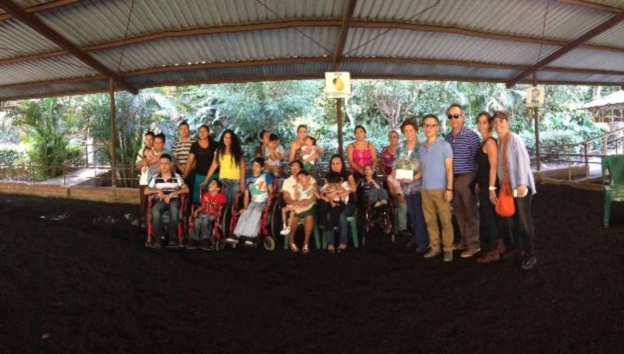 David Ha, director ejecutivo de Textiles Opico, entrega el cheque a Anabel Tinoco de Meza, presidenta de Fundación San Andrés.