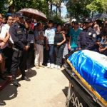 En Chalchuapa, Santa Ana, se realiza el funeral de agente policial asesinado en Soyapango. Foto vía Twitter Iris Lima