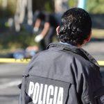 Investigadores de la Policía procesan una escena de homicidio en el municipio de Mejicanos. La víctima no fue identificada porque no tenía documentos. Foto EDH / Mauricio Cáceres
