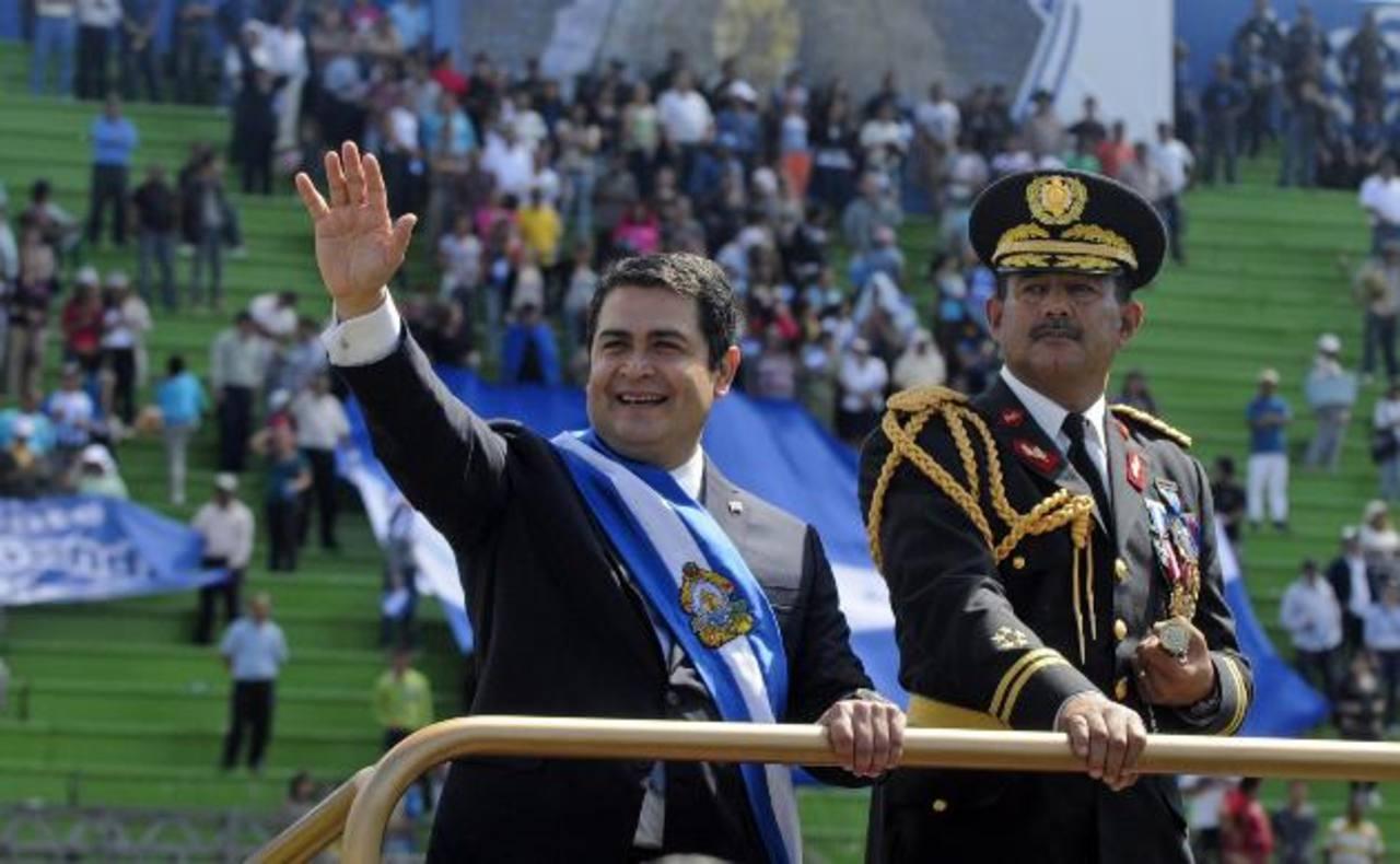 Juan Orlando Hernández saluda a los hondureños que acudieron a la ceremonia de juramentación. FOTO EDH/ AP
