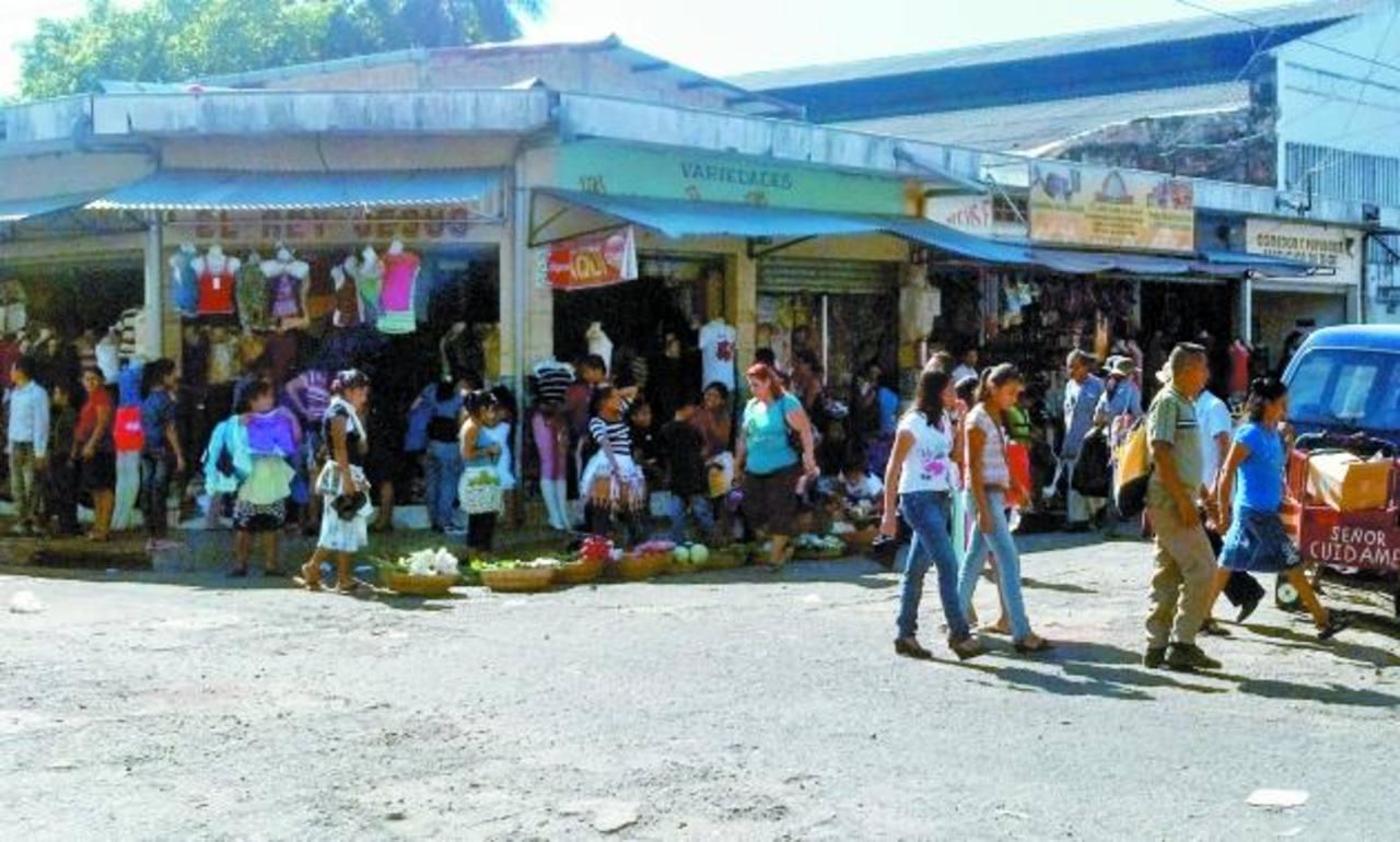 En la esquina de la avenida Claudia Lars los vendedores colocan sus ventas sin ningún permiso. Foto EDH / NIDIA HERNÁNDEZ