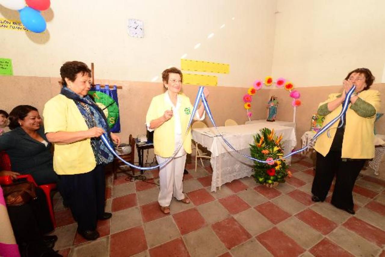Miembros de la Asociación de Damas Salesianas hacen el corte simbólico para inaugurar el centro. foto edh /Jorge reyes