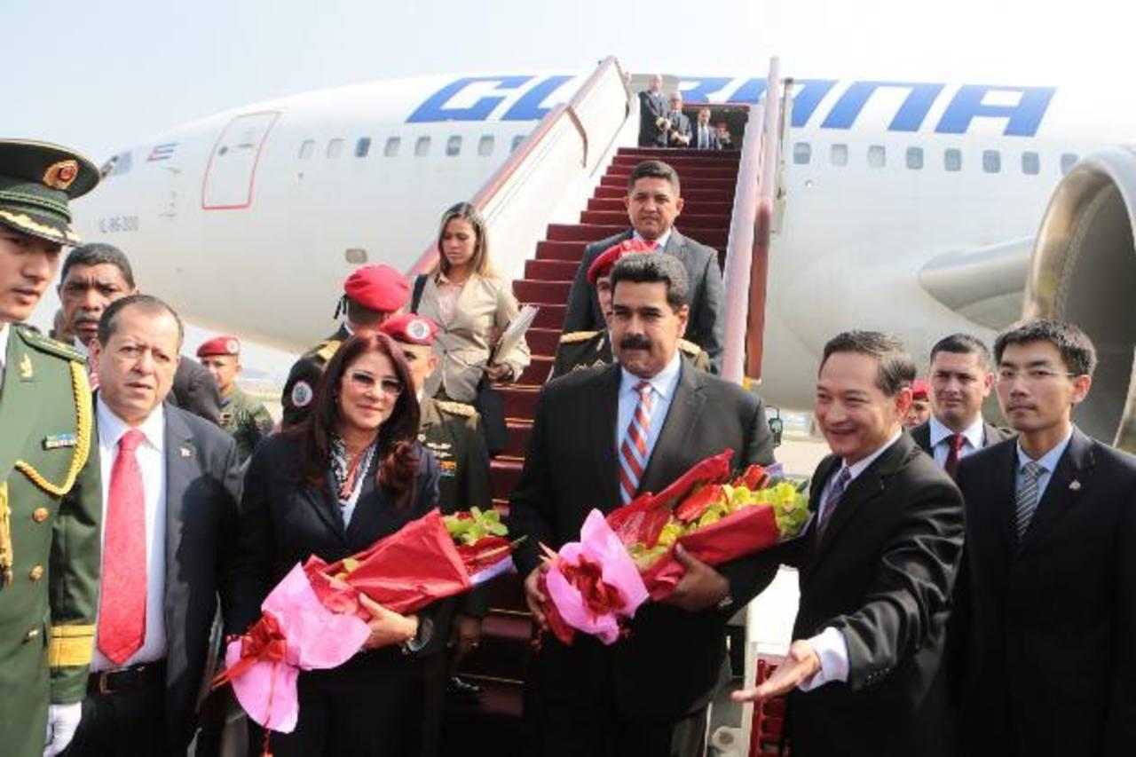 Fotografía del sábado 21 de septiembre de 2013, del gobernante de Venezuela, Nicolás Maduro, acompañado de su esposa, Cilia Flores, a su llegada a Pekín (China). foto edh / archivo