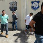 Los policías acusados del secuestro y asesinato del comerciante son llevados a los juzgados. Foto EDH / Jaime Anaya