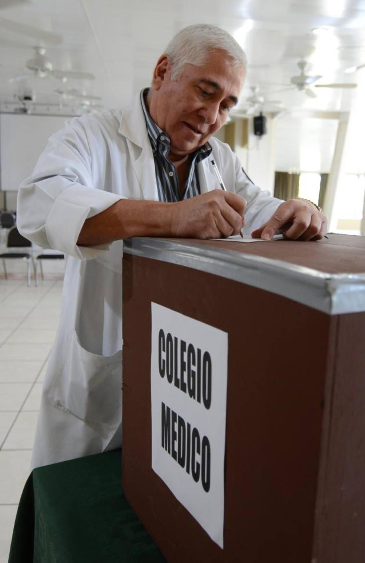 El neonatólogo, Miguel Majano emite su voto, el jueves fue electo presidente del Colegio Médico. Foto EDH /archivo