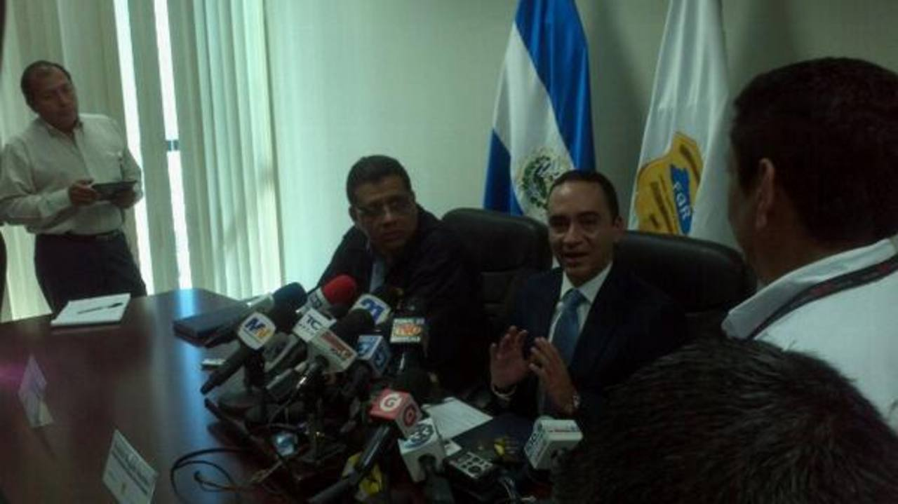 Los fiscales Francisco Vides y Rodolfo Delgado dijeron que la investigación por la filtración de información confidencial está en marcha. FOTO EDH David Marroquín, vía Twitter.