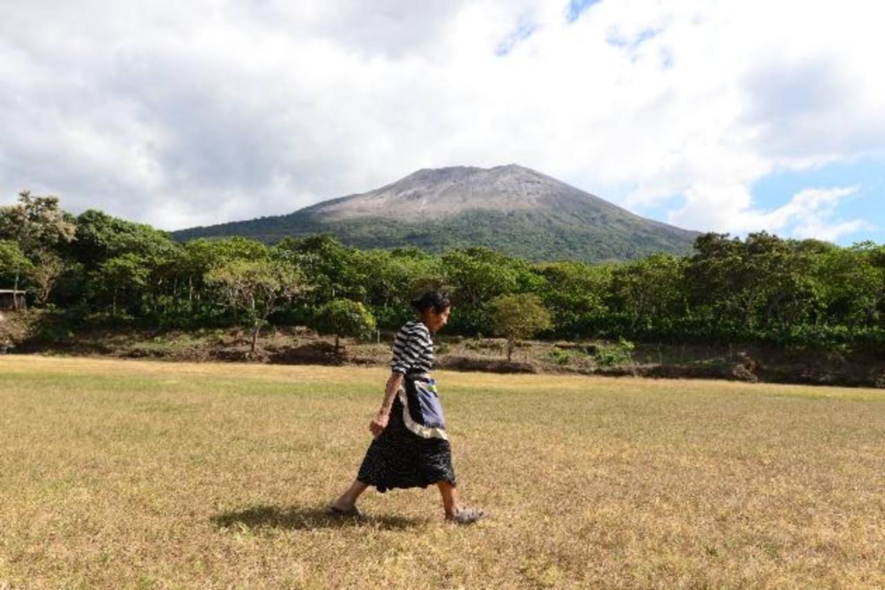 Medio Ambiente emite medidas para remover ceniza del volcán Chaparrastique