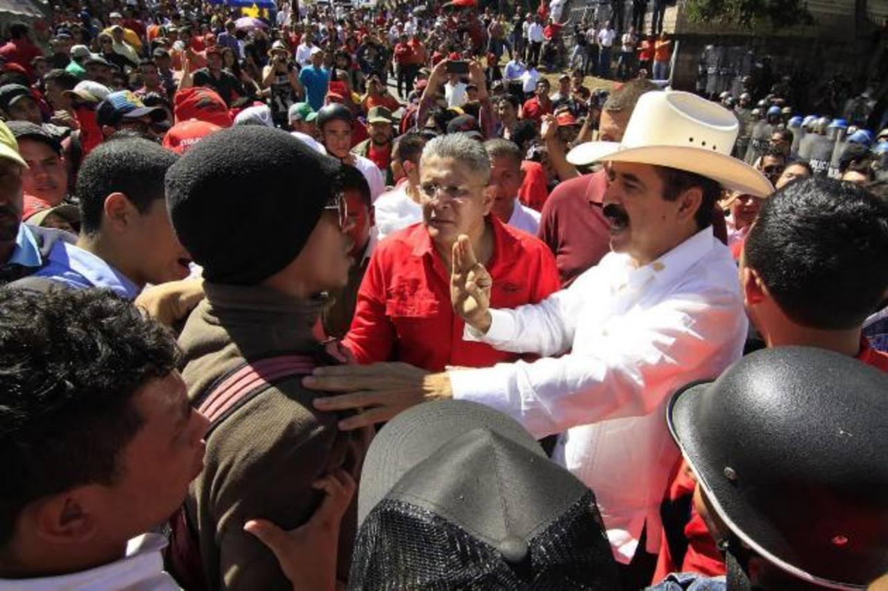 Manuel Zelaya durante la protesta que pretendía opacar la toma de posesión del nuevo gobernante . foto edh / efe