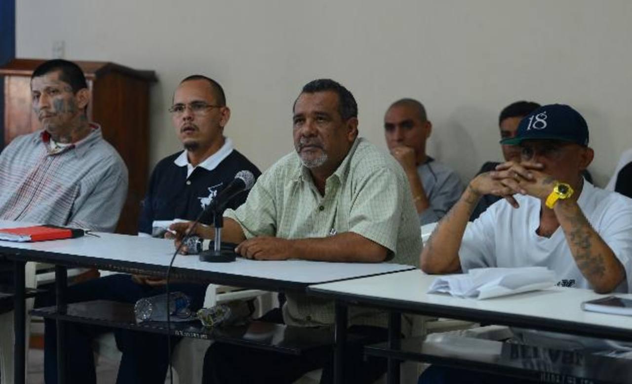 Raúl Mijango, uno de los mediadores de la tregua (centro), es mencionado en las declaraciones de exfuncionarios del Gabinete de Seguridad ante la Fiscalía. Foto EDH / Archivo