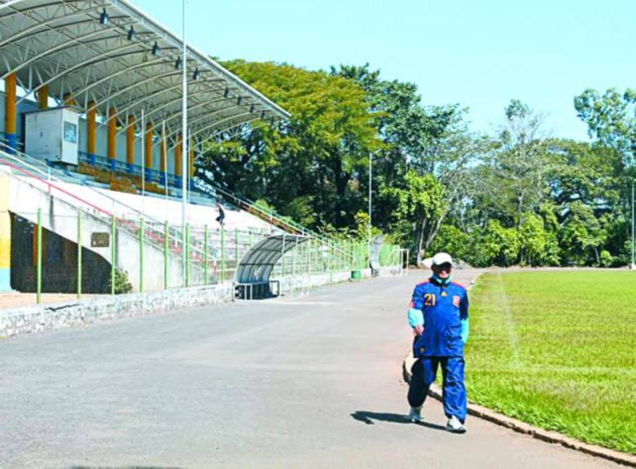 La pista del estadio Simeón Magaña, de Ahuachapán, puede ser usada por el público. Foto EDH / Roberto Zambrano
