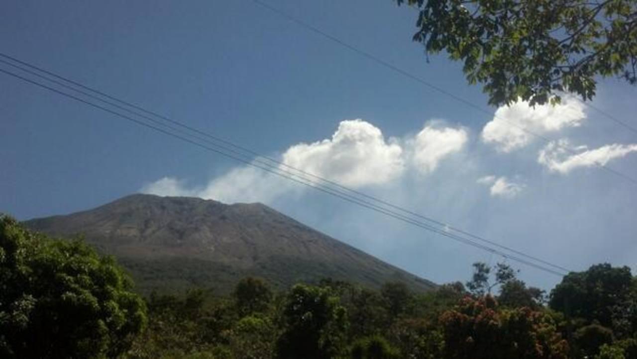 Las clases en 52 escuelas cercanas al volcán Chaparrastique fueron suspendidas por 48 horas, dijo Protección Civil. Foto vía Twitter Carlos Segovia