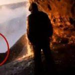Video: Ola sorprende a turistas, mujer permanece desaparecida