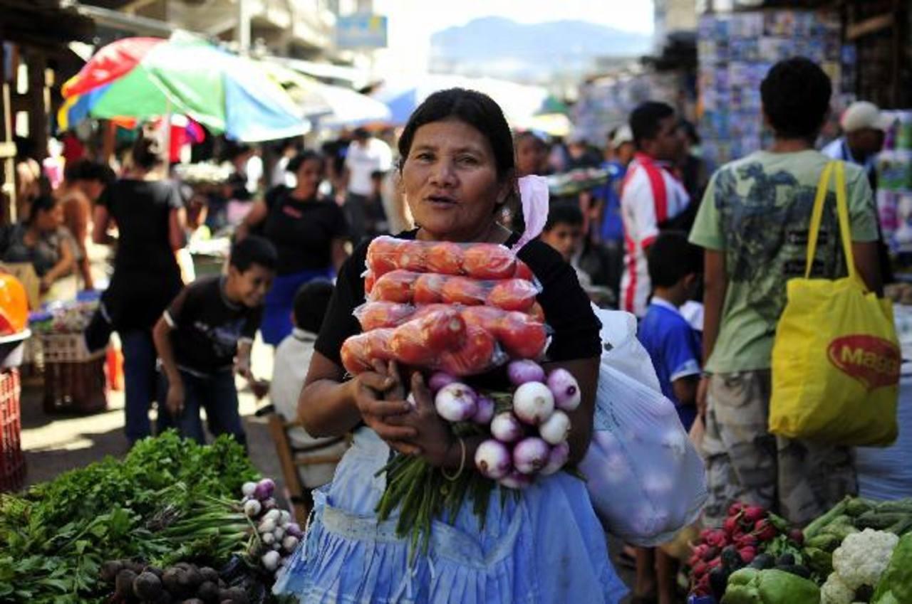 A través de una reforma fiscal vigente desde el 1 de enero, el Gobierno aplicó impuestos a diferentes alimentos de la canasta básica. Otros, como el tomate, están exentos. foto edh / archivo