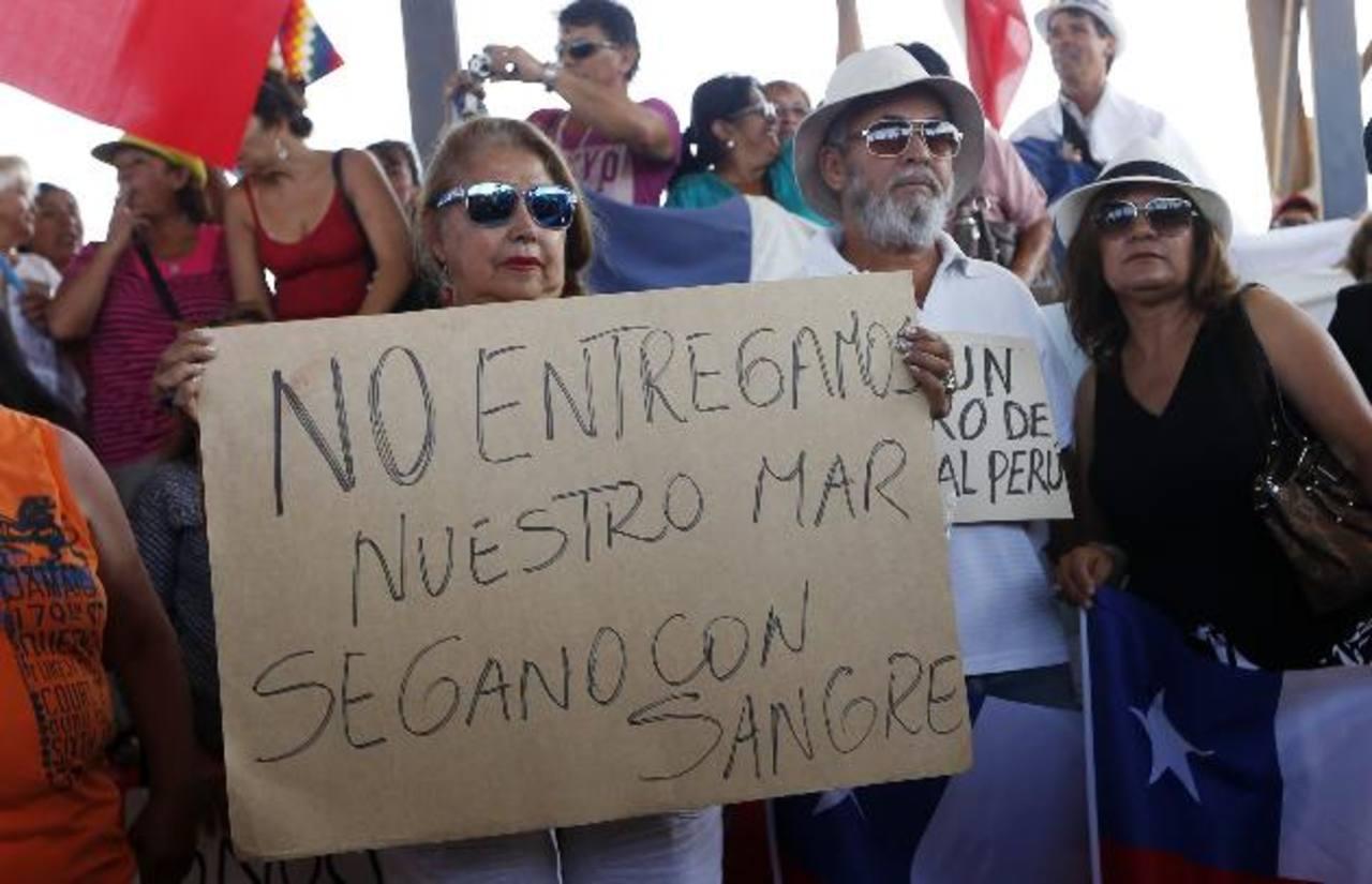 Un grupo de pescadores y familiares protesta en la fronteriza ciudad de Arica, Chile, tras conocer la sentencia de la CIJ. foto edh / efe