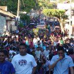 Fueron cientos de personas las que acompañaron el desfile del correo, en Sonsonate. Recorrió las principales calles en un lapso de tres horas.foto edh / CORTESÍA