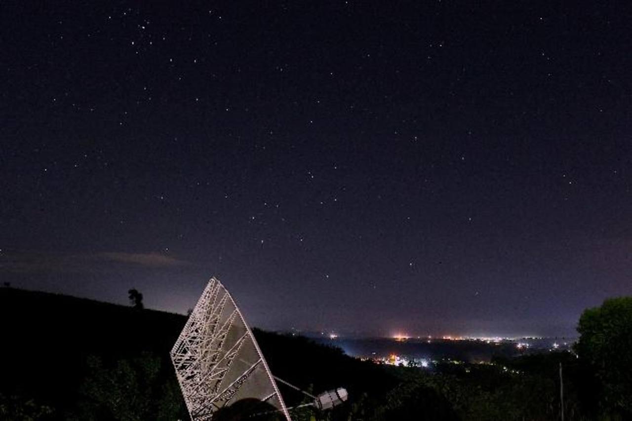 Imagen de campo amplio del cielo, en donde se aprecia la constelación de Orión. foto edh