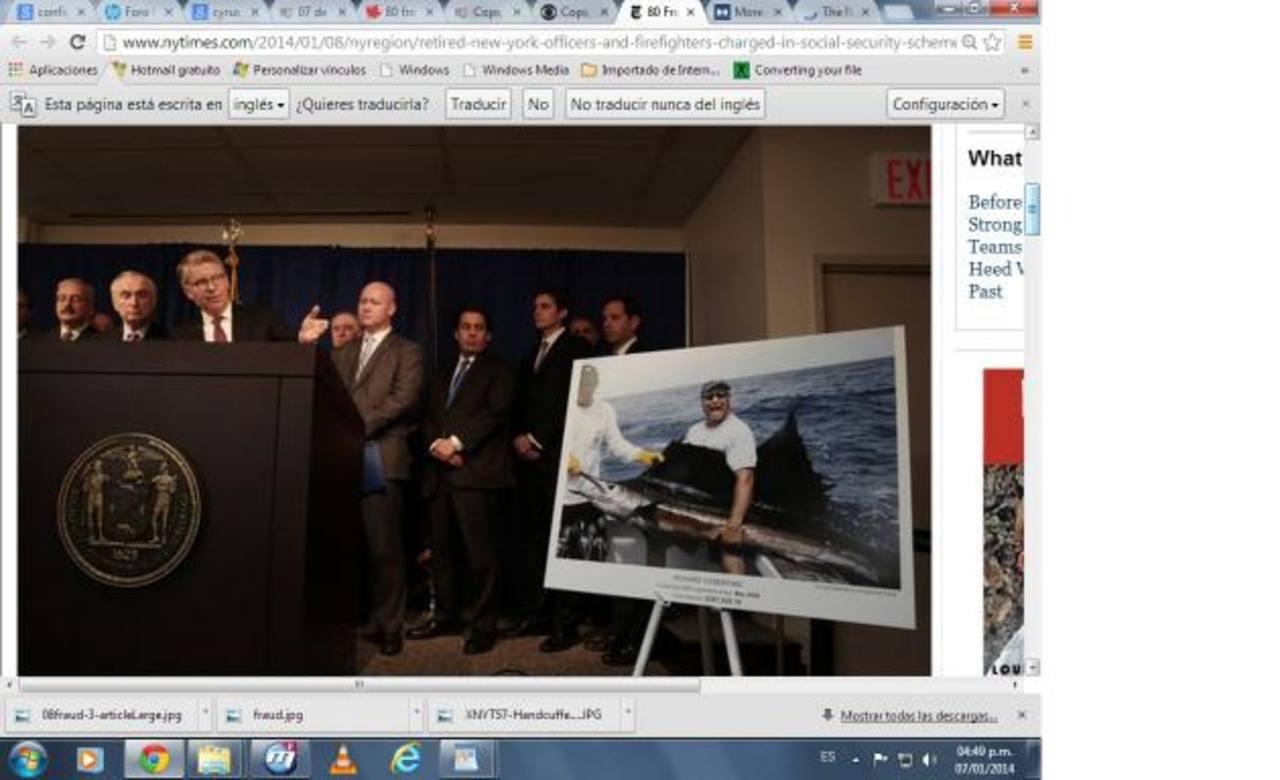 Cyrus R. Vance Jr, el fiscal del distrito de Manhattan, muestra la foto de una de las supuestas víctimas. foto edh / cortesía NYT