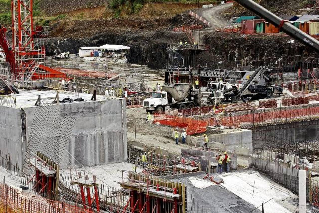 En noviembre pasado la ACP reconoció que pagó $156 millones extra por el aumento del precio del acero reforzado. foto edh/ efe