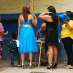 Familiares de reclusos del centro penal de San Francisco Gotera, Morazán, esperan ingresar al recinto para participar de una fiesta por la boda de uno de los internos. Foto edh / archivo