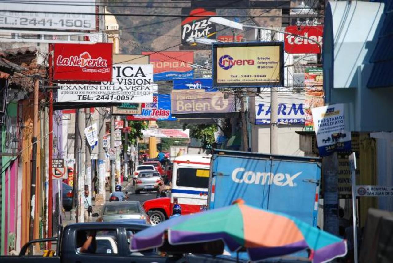 La Avenida Independencia es una de las zonas más llena de rótulos. Serán eliminados gracias a una ordenanza municipal. Foto EDH / Cristian Díaz