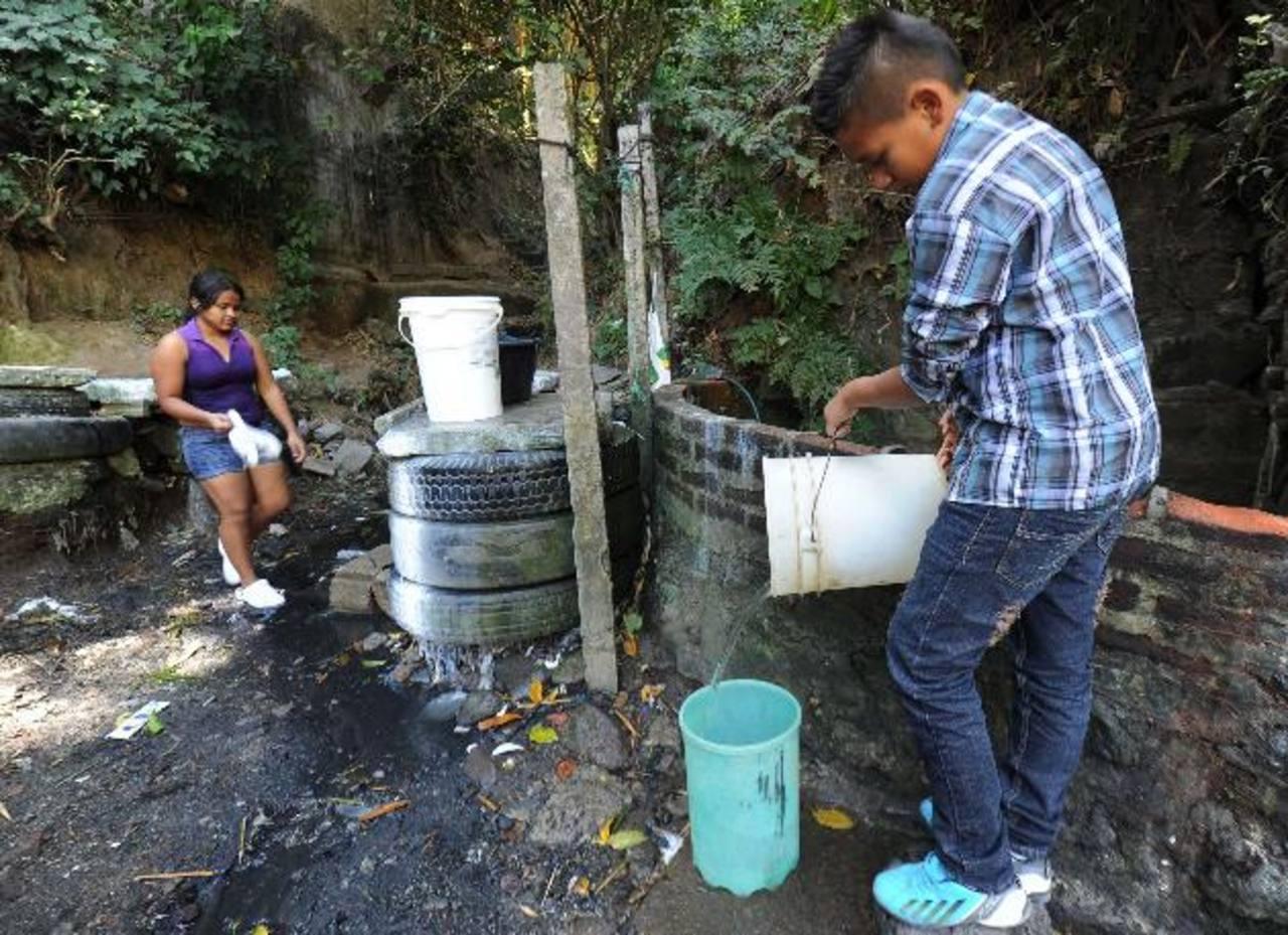 Los pobladores deben trasladarse hasta un pozo para abastecerse del agua necesaria. Foto EDH