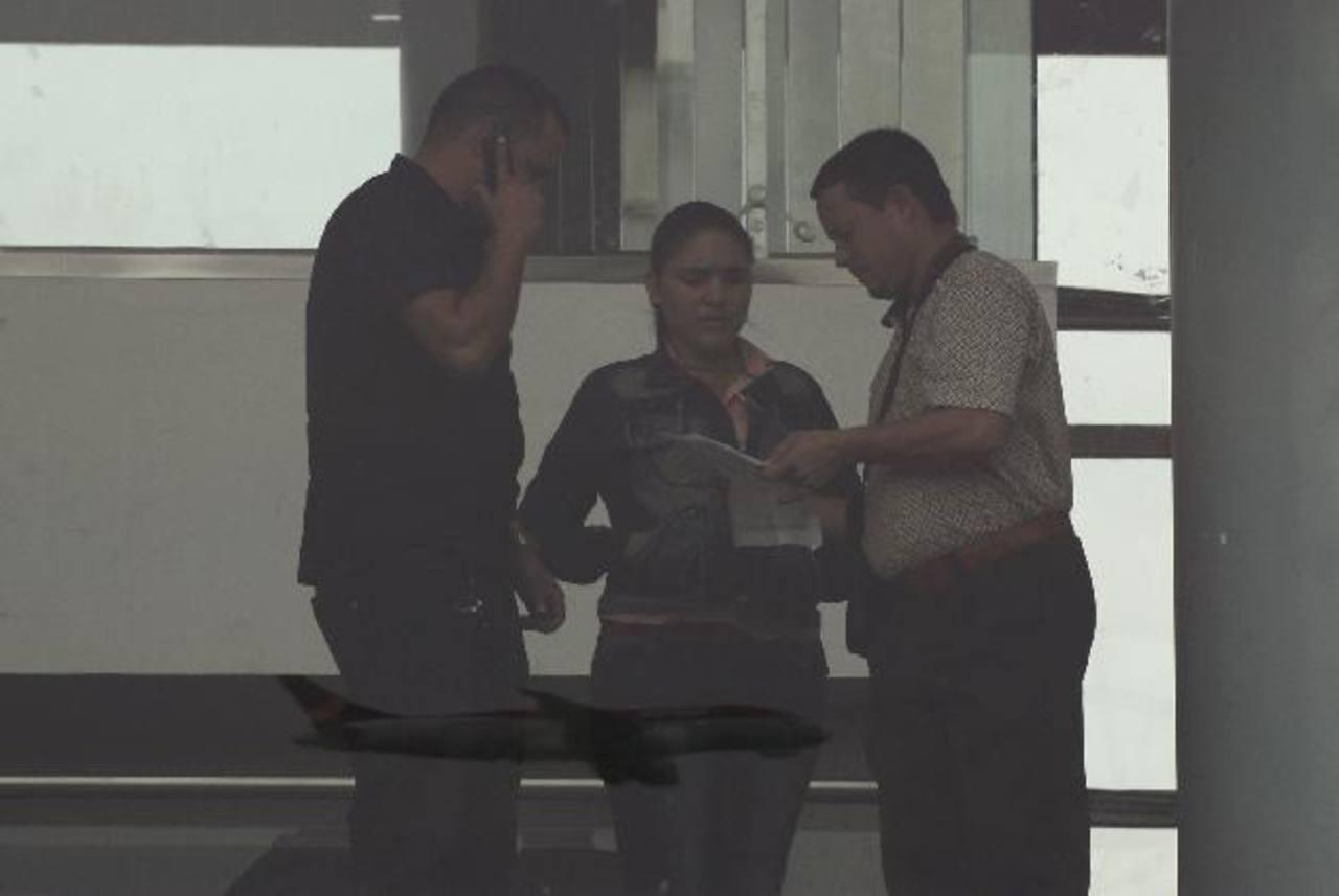 Tres de los seis cubanos conversan en la zona del aeropuerto Eldorado en Bogotá donde están varados. Foto edh / ReutersVista aérea del volcán Pacaya que ha entrado en erupción, por lo que están en alerta a las autoridades debido a la fumarola y la ex