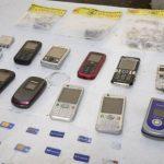 Las autoridades también decomisaron unas 70 baterías, 80 cargadores y manos libres. Foto EDH / Archivo