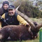 Lucero y su novio posando con el animal muerto