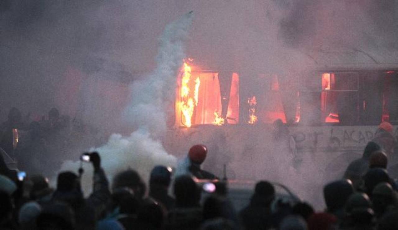 Los disturbios ocurrieron poco después de una gran manifestación pacífica en la principal plaza de Kiev dentro de la oleada de protestas antigubernamentales que han sacudido a Ucrania. Foto/ AP