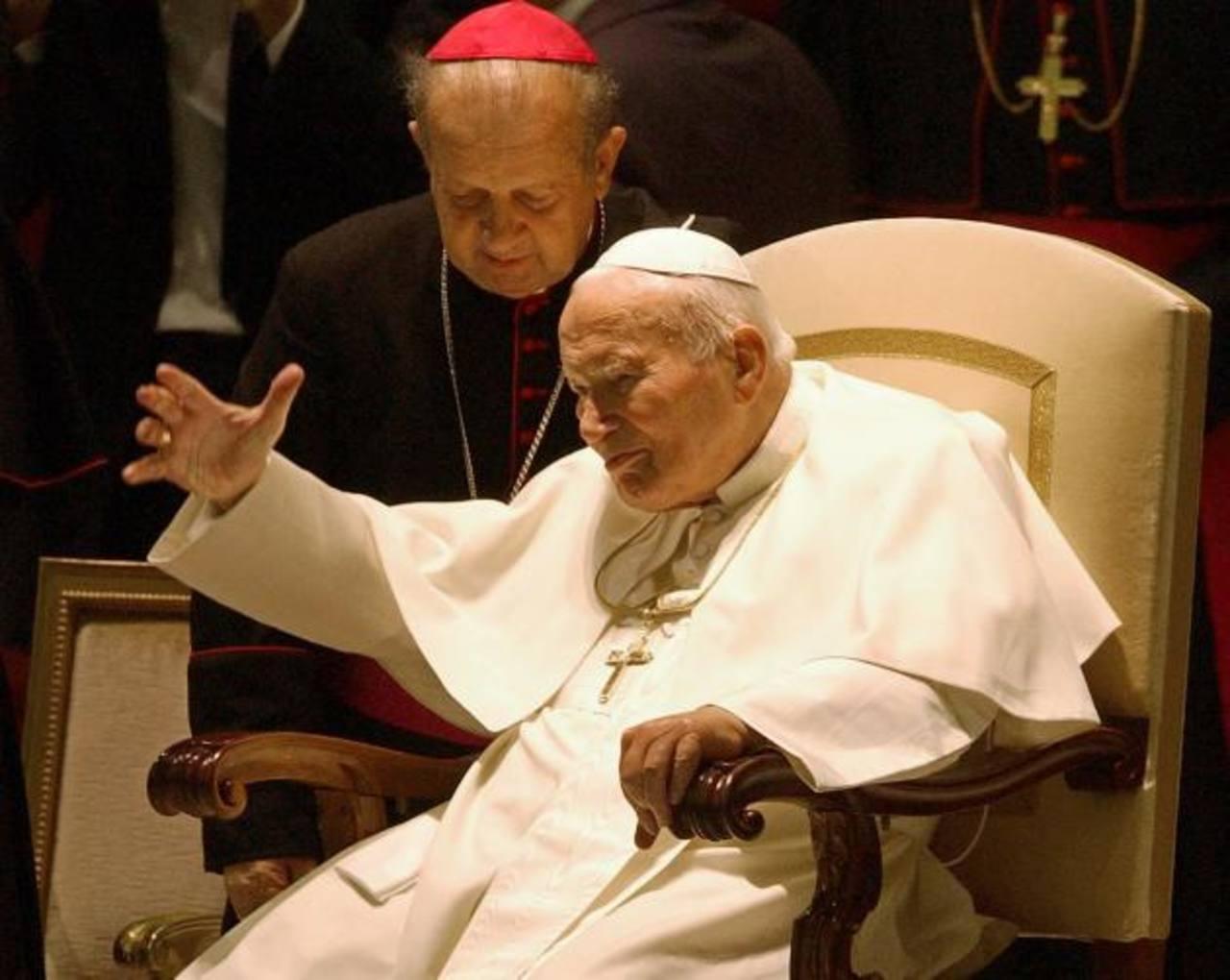 El papa Juan Pablo II con el arzobispo Stanislaw Dziwisz a su llegada al salón Paulo VI en el Vaticano, el 16 de octubre de 2003. Foto/ AP- Archivo