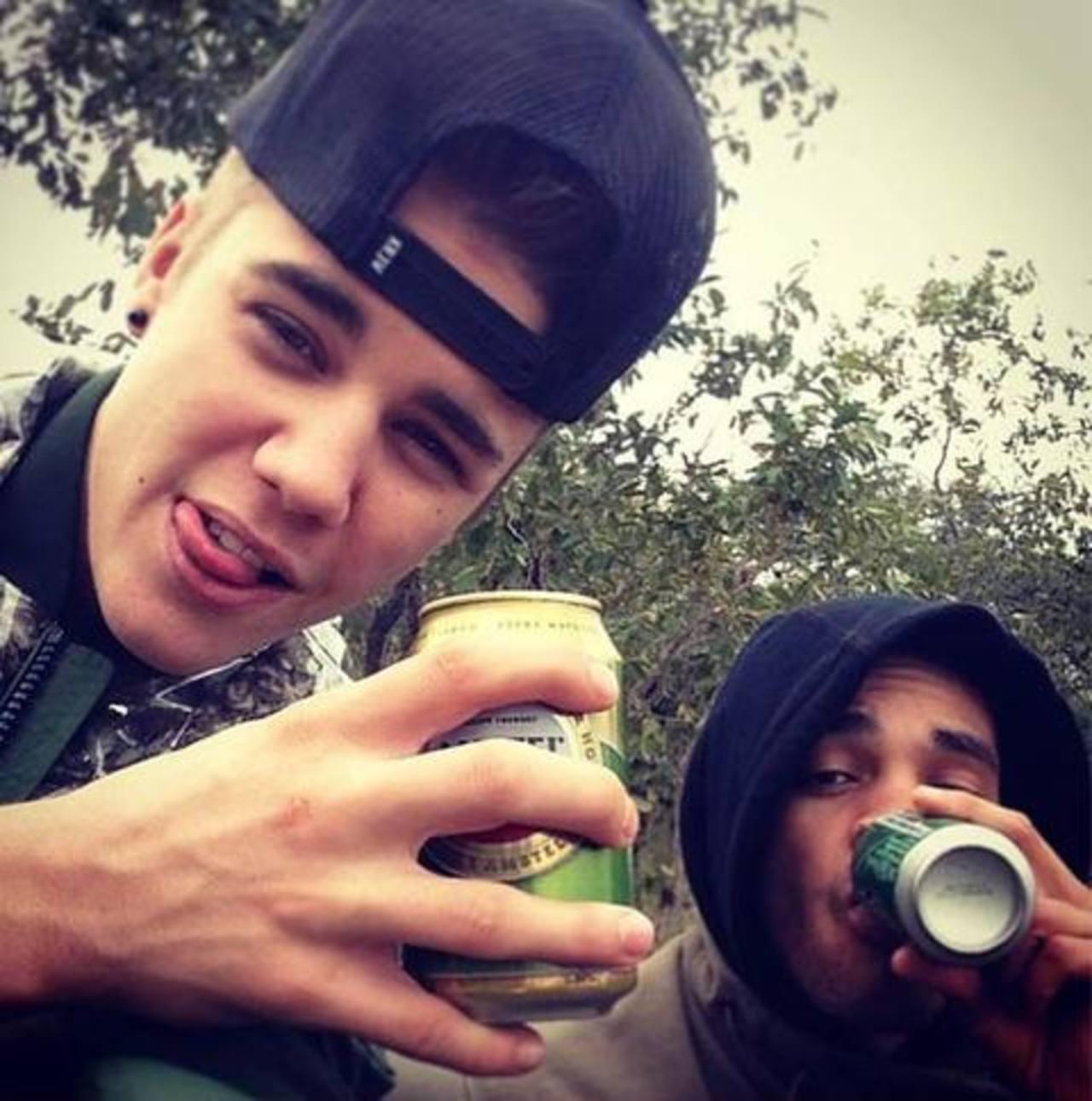 El cantante, de 19 años, causó polémica cuando posteó en Instagram una imagen con un amigo bebiendo.
