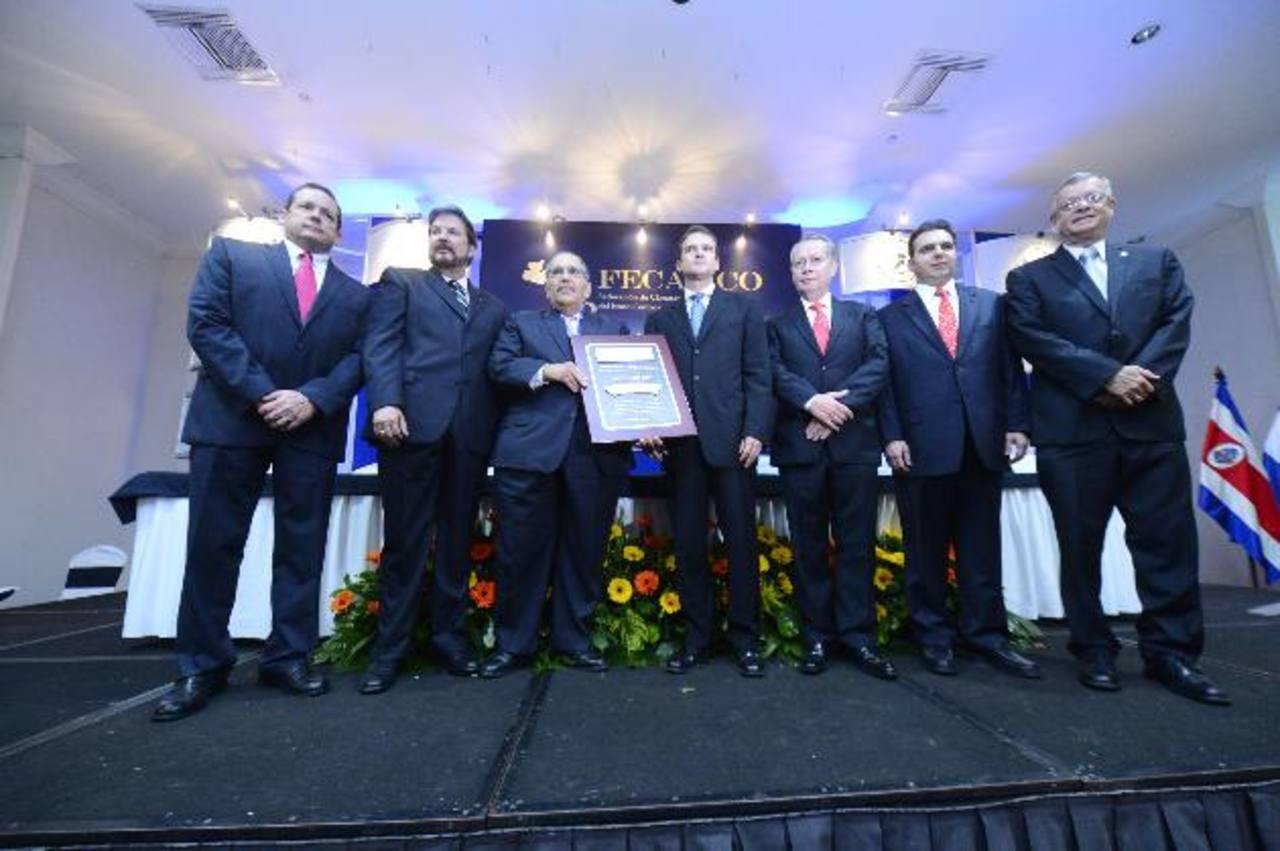 Simán recibe galardón de índole regional