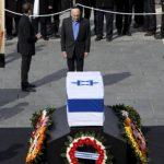 Los restos de Ariel Sharon llegaron al Parlamento en Jerusalén este domingo. El Sepelio será el lunes. Foto AP- Reuters