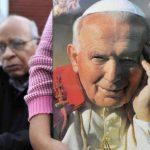 Una feligrés sostiene una imagen del papa Juan Pablo II. Foto/ Archivo