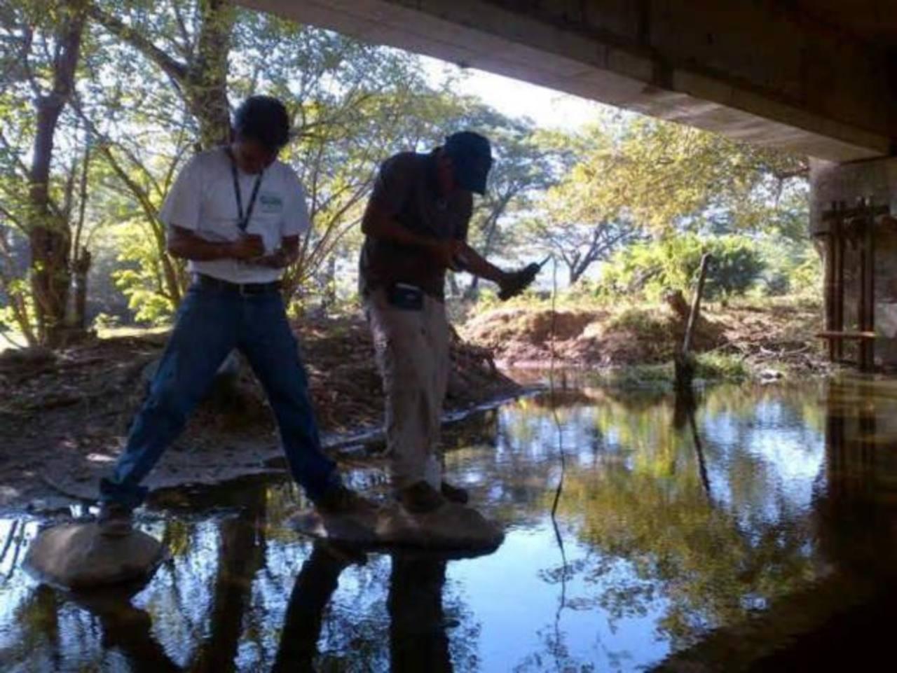 Técnicos de Medio Ambiente toman de muestras de agua de ríos en las cercanías del Chaparrastique