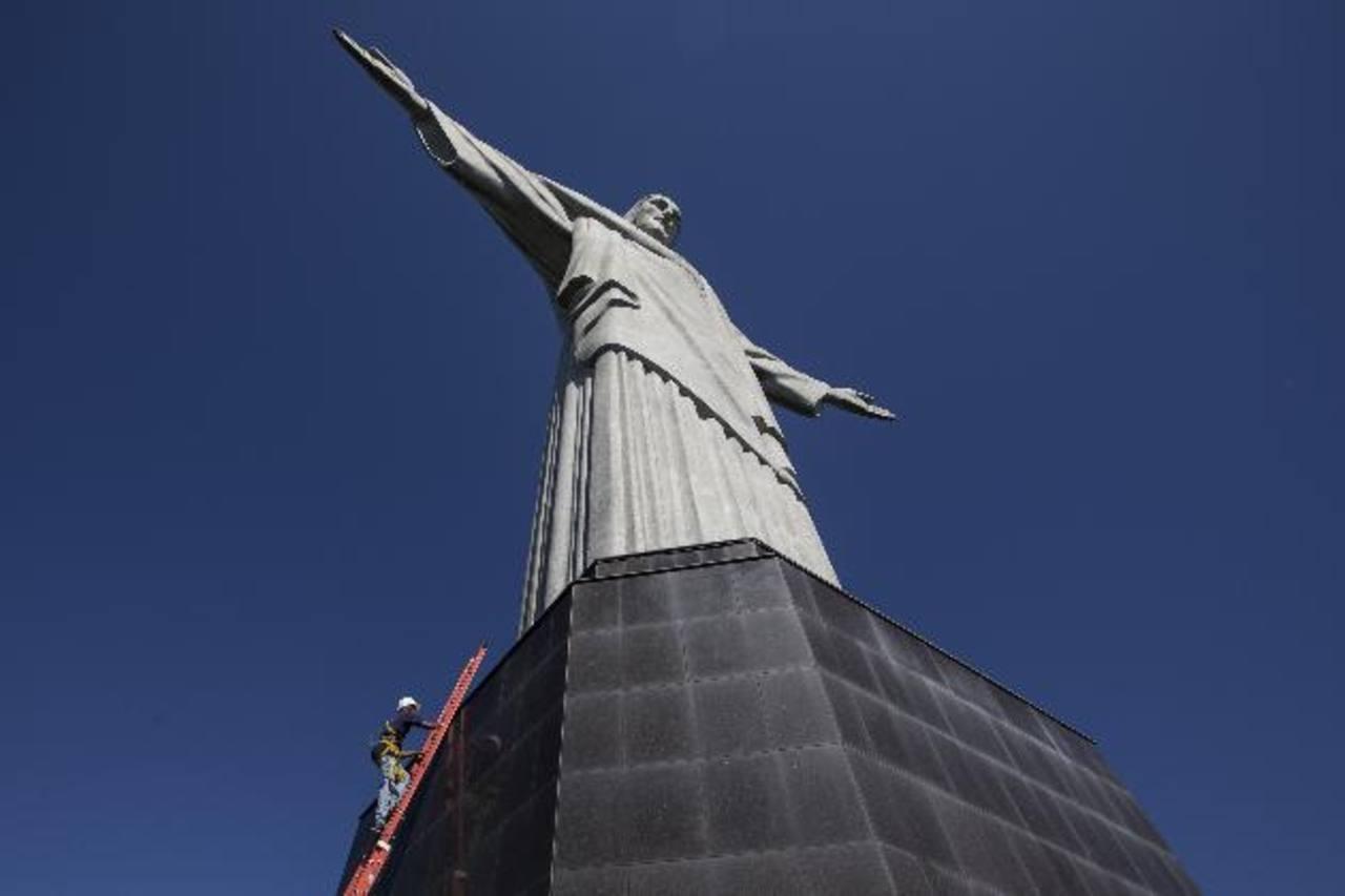 Un obrero sube a la estatua del Cristo Redentor en Río de Janeiro, Brasil. Foto/ AP