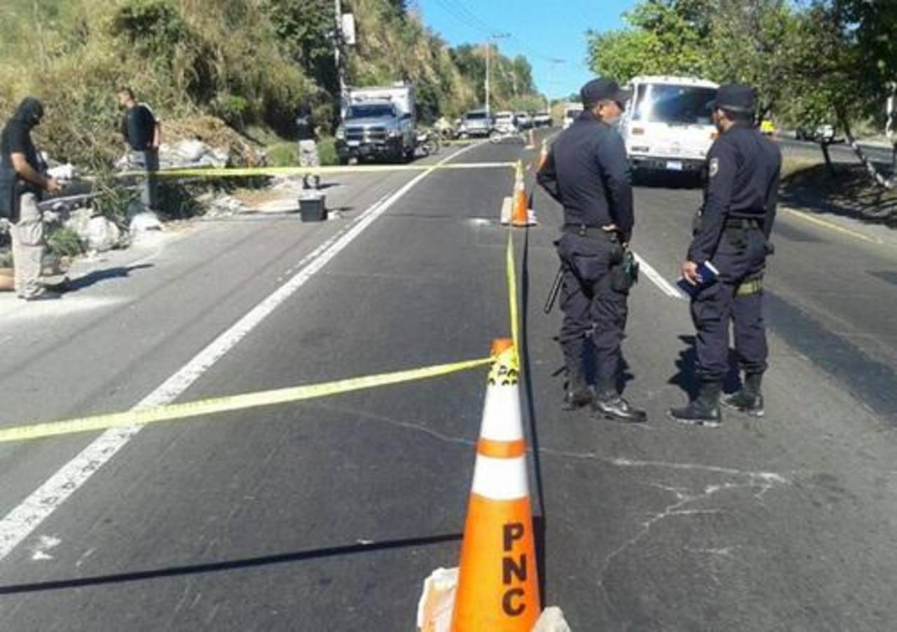 El cadáver de un agente policial fue hallado este domingo sobre el kilómetro 7 y medio de la Carretera de Oro, Soyapango. Foto EDH/ Jaime Anaya