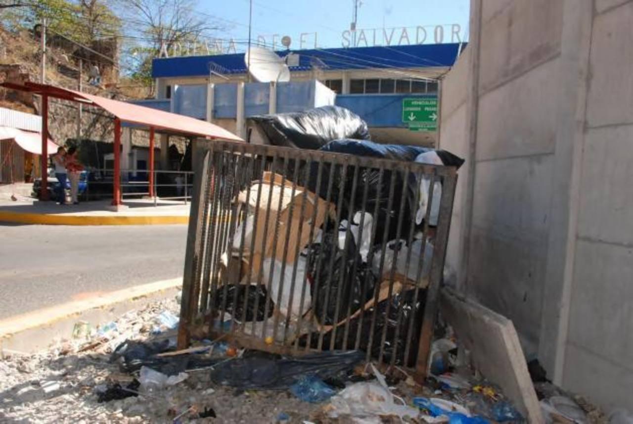 El contenedor ubicado en la entrada principal al edificio aduanero pasa saturado. Foto EDH / insy Mendoza