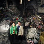 Los esposos llevan 10 años recogiendo plástico.