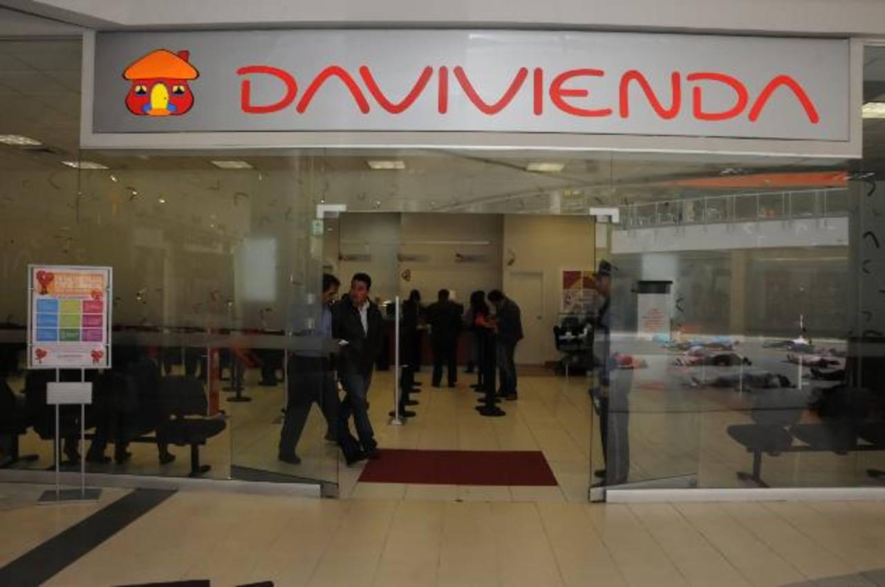Los salvadoreños reciben un estimado de $300 millones mensuales en remesas a través del Banco Davivienda. FOTOS EDH / Archivo