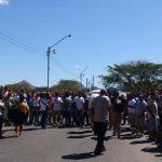 El paso a vehículos particulares y buses particulares ha sido bloqueado en El Amatillo. Foto EDH Insy Mendoza, vía Twitter.