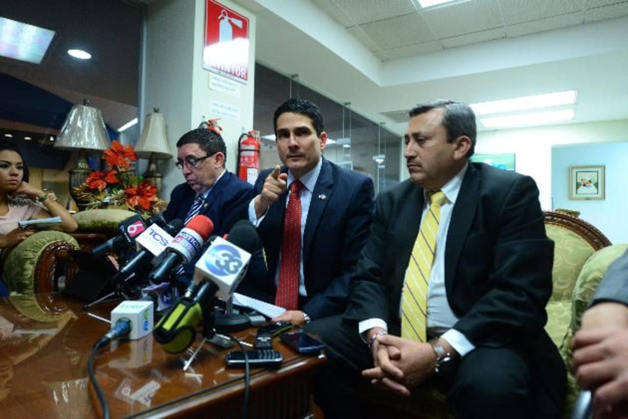 Diputados de ARENA, Ernesto Angulo, Roberto d'Aubuisson y Carlos Reyes, en conferencia . foto edh / jorge reyes
